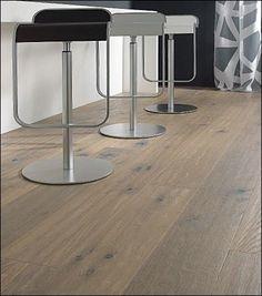 Chaises grises noires et blanches avec un parquet contrecollé - Loft Mountains Design Parquet, Loft, Montpellier, Alsace, Furniture, Finesse, Home Decor, Interiors, Trends