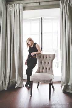 Blogue: La Petite Simpliste #blogue #lps #auberge #aubergestantoine #vieuxquébec #luxe #chambre #fauteuil Lps, Curtains, Home Decor, Lounge Chairs, Bedroom, Blinds, Decoration Home, Room Decor, Interior Design