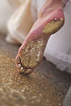 a trail of glitter.I wonder if you could do this in wet cement? It would be great to have each child with a different color glitter, walk the path! Bling Bling, Gold Aesthetic, Color Dorado, Sparkles Glitter, Glitter Toes, Glitter Hair, Glitter Eyeshadow, Glitter Makeup, Glitter Wine