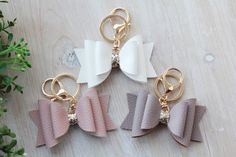 Light Taupe Brown and Gold Faux Leather Bow Keychain New Car Accessories, Leather Accessories, Kitchen Accessories, Leather Earrings, Leather Jewelry, Diy Keychain, Diy Leather Keychain, Keychain Ideas, Diy Leather Projects