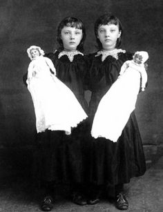 Victorian Twin Girls with Twin Dolls Vint Vintage Bizarre, Vintage Abbildungen, Creepy Vintage, Vintage Twins, Vintage Halloween, Victorian Photos, Antique Photos, Vintage Photographs, Victorian Portraits