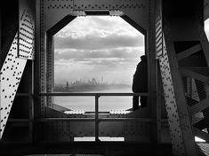 Dieses Bild entstand - kaum zu glauben - im Auftrag einer Behörde: Ein Mann blickt am 22. Dezember 1936 von einem Turm der George-Washington-Brücke über den Hudson River auf Manhattan.