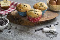 I muffin con gocce di cioccolato sono delle sofficissime tentazioni, da concedersi alla mattina per la colazione o anche per la merenda: andranno a ruba!