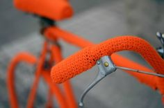 Isabeau Joubert gave two vintage bicycles a dazzling makeover using brightly colored wool in a burst of yarn graffiti. Love Crochet, Knit Crochet, Knit Art, Yarn Bombing, Bike Art, Green Art, Vintage Bicycles, Art Pages, Cape Town