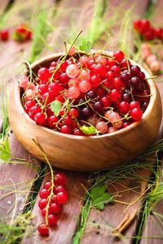 Johannisbeeren (currants) Oh how I miss Europe. Fruit And Veg, Fruits And Vegetables, Fresh Fruit, Fruit Food, Charlotte Au Fruit, Fruit Recipes, Healthy Recipes, Beautiful Fruits, Beautiful Beautiful