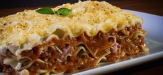 Lasagne are famous traditional foods in Italy I Best Italian Food I Traditional Italian Dishes I Top Food in Italy I Famous Italian Foods I Most Popular Food in Italy I What To Eat in Italy I Top Italian Drinks and Dishes Olive Garden Lasagna, Halloween Saludable, Simply Lasagna, Freezer Lasagna, Lasagna Recipes, Sauce Bolognaise, Gluten Free Lasagna, Traditional Italian Dishes, Venezuelan Food