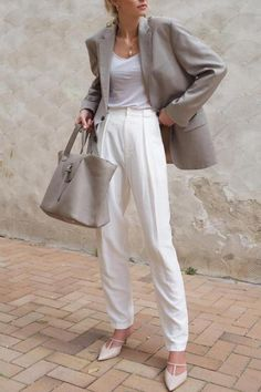 How To Wear White High Waisted Pleated Pants This Summer Workwear Fashion, Work Fashion, Workwear Women, Office Fashion, Fashion Outfits, Fashion Spring, Street Fashion, Trendy Fashion, Office Outfits