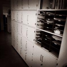 HR toimii flexitilassa ilman nimettyä työpistettä. Ne henkilökohtaiset tavarat sekä papereiden rippeet, mitä sähköisessä toimistomaailmassa on enää jäljellä, säilytetään omassa lukollisessa lokerokaapissa. Posti kulkee avoimeen lokeroon.