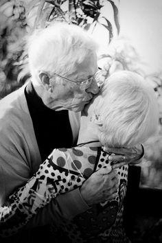 Eu acho tão bonito quando vejo senhores e senhoras de mãos dadas costurando calçadas. Com seus anos de vida juntos. Com seus anos de sorrisos juntos. Com seus anos de amor juntos. Aí eu penso: é isso que quero para mim. Eu não me importo se há uma diferença entre querer, poder, e ter. Não cruzo sonhos pensando se os realizarei ou não. Eu faço sonhos, eu crio verdades, eu dou passos, e subo degraus. Eu apenas sonho, e caminho para onde ele estiver.