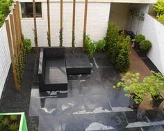 Klein afdak met lichtkoepel in kleine tuin deze tuin laat zien dat op een klein oppervlak toch - Luifel ontwerp voor patio ...