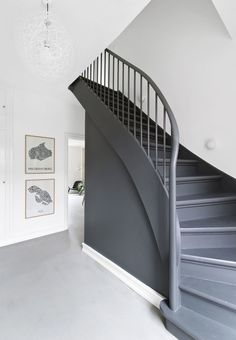 The stairs original steps in polished cork and wood were worn down. Today the staircase with its gray color from Farrow & Ball stands as an independent piece of furniture, and not just as a transport route from the entrance hall to the first floor.