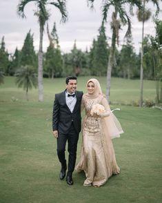"1,797 Suka, 7 Komentar - Imagenic (@imagenic) di Instagram: ""From the wedding @tiarassari and @bangbadar_  venue @klubgolfbogorraya makeup @aloysiamanda  Attire…"" Kebaya Wedding, Muslimah Wedding Dress, Muslim Wedding Dresses, Top Wedding Dresses, Bridal Dresses, Wedding Gowns, Wedding Hijab Styles, Foto Wedding, Wedding Dressses"