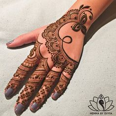 Happy Monday 🤗  This one's for you, @minoli.s. Thank you for being my canvas when my heart was aching to pick up that henna cone & design something.  #henna #bridalhenna #hennabydivya #hennatattoo #torontohenna #torontohennaartist #torontobridalhenna #bridalmehndi #hennadesign #hennaartist #indianbrides #hennainspire #indianweddinginspiration #indianbrides #indian_wedding_inspiration #wedmegood #lashkara #indianweddingbuzz #savethedate