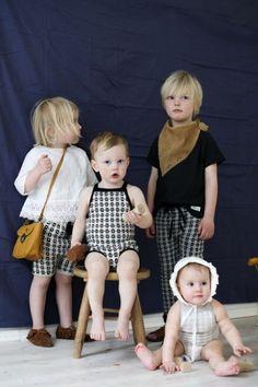 FAMILIEN KOMPLETT: Ministrikks Nordic Collection består nå av shorts, bukser og romper. Shorts og bukser går helt opp til åtte år, slik kan både baby og storebror eller storesøster matche i en fei. Uten at de er kledd identisk.