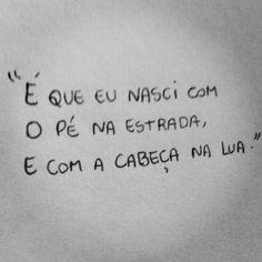 "O pé na estrada, e a cabeça na lua. - ""I was born with foot on the road and the head on the moon"""