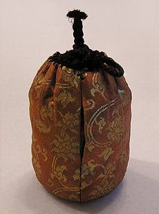 chaki  or usuchaki or natsume 棗. A tea caddy or container for storing powdered weak green tea