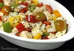 Panelaterapia | Salada de Tofu | http://panelaterapia.com  2 xícaras de tofu picado; 1/2 cebola cortada em pedaços médios; 1/4 de pimentão amarelo; 1/4 de pimentão verde; 1/4 de pimentão vermelho; 2 colheres (sopa) de gengibre picado miudinho; 5 tomatinhos cereja cortados ao meio.