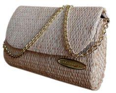 Bolsa com Alça Corrente em Palha de Buriti Atendendo a pedidos, ela chegou, no mesmo formato da clutch, um de nossos modelos mais vendidos, agora com alça corrente. Sua maior característica que é o rústico artesanal.