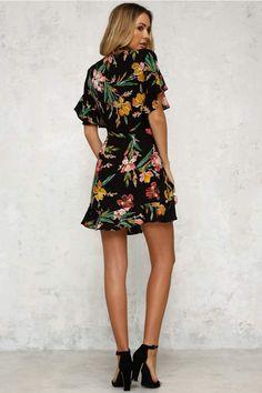 0de96836e18 HUILAN Women s Short Flounce Sleeve V-Neck Tie Front Ruffle Floral Dress at Amazon  Women s Clothing store