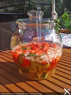 Weltbeste Erdbeerbowle World's best strawberry cow, a refined recipe from the summer category. Snacks Für Party, Party Drinks, Cocktail Drinks, Fun Drinks, Healthy Drinks, Cocktails, Alcoholic Drinks, Ginger Ale, Smoothie Drinks