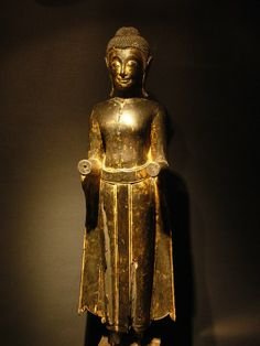 Bouddha debout, Thailandais de l'ecole d'Ayuthya,bois laqué et doré du Bouddha 17-18ème siècle, son visage placide et réfléchi sous un chignon en forme de dôme.