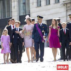 Hoy es el Día Nacional de Bélgica, un acontecimiento (en mayúsculas) que aúna a belgas y su Familia Real para celebrar su día por todo lo alto. Al son de las trompetas y con los colores de la bandera, dos mujeres destacaron por su elegancia: la Reina Matilde con un vestido rosa empolvado del diseñador Edouard Vermeulen y la princesa Elisabeth quien, a sus 15 años, ya anuncia la Reina que será en un futuro.  #belgica #familiareal