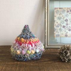 一目、一目、こつこつと積み重ねていくと糸が平面になり、丸くなり、形になってゆく。編み物の楽しさを感じていただけましたでしょうか。 帽子は実用性があり編む量も適度で多少の変化もある、ので飽きっぽい方にもおすすめ。自分だけのオリジナル作品が思いのままに作れたら、楽しいですよね。 この秋、編み物に挑戦するならまずは帽子から、いかがでしょう。
