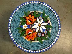 would make a nice table top design Mosaic Tray, Mosaic Glass, Mosaic Tiles, Stained Glass, Glass Art, Mosaic Backsplash, Mosaic Outdoor Table, Mosaic Coffee Table, Mosaic Crafts