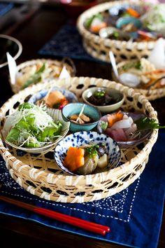 Japanese Cuisine Guardate con quale leggiadra delicatezza ogni cibo e` stato disposto nella propria scodellina e poi all`interno di quel cestino!♥ #Biancorossogiappone