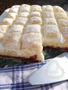 A leveles tészta kedvelőknek egy habos, meggyes finomság. :) Hozzávalók: 500 g leveles tészta Meggykrém: 1 üveg meggybefő... Hungarian Desserts, Hungarian Recipes, Sweet Recipes, Cake Recipes, Dessert Recipes, Bosnian Recipes, Frozen Puff Pastry, Salty Snacks, Different Cakes