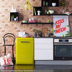 Diese moderne Küche punktet mit farbenfrohen Akzenten und einem individuellen Regalsystem. Weitere modern Küchenideen gibt es auf www.roomido.com