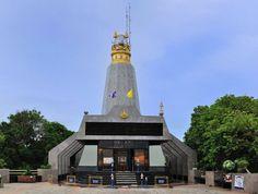 Farol do Cabo Promthep, Tailândia. Construído em 1996 em homenagem ao Rei Bhumibol Adulyadej, este farol fica no topo da colina do cabo Promthep e se tornou o ponto turístico mais procurado na ilha Phuket, na Tailândia. Com 50 m de altura, o monumento segue o mesmo estilo da arquitetura da ilha com uma cúpula dourada e um museu náutico em seu interior. Lá se  encontra também um altar budista, lojas de souvenirs, restaurantes e uma deslumbrante vista da baía.  Fotografia: stuffpoint.