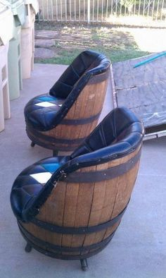 Some whiskey barrel chairs to go around that spool table. So fun . Some whiskey barrel chairs to go around that spool table. So fun Canto Bar, Diy Furniture, Furniture Design, Modern Furniture, Bedroom Furniture, Decoupage Furniture, Decoupage Art, Furniture Dolly, Furniture Logo