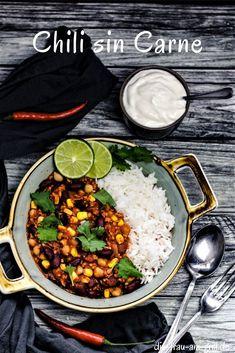Das Chili sin carne ist ein wunderbar leichtes, veganes und vegetarisches Rezept. Es ist schnell zubereitet. Ideal auch für die Party für alle, die nicht auf Fleisch stehen! #chili #chilisincarne #texmex #eintopf #onepot #rezept #bbq #grillen #dutchoven #kochen #lecker #rezepte #schnellesrezept #rezeptideen #familienessen #hauptspeise #vega #vegetarisch