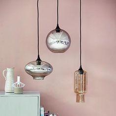 DezeEllipse hanglamp van House Doctor is net als de Cubeen de Circle een sieraad boven uw tafel, boven de salontafel of vrij in de ruimte als sfeerlicht. D...
