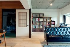 <p>襖とピーリング板貼りの壁は既存のもの。コンクリート天井とのコントラストが面白い。</p>