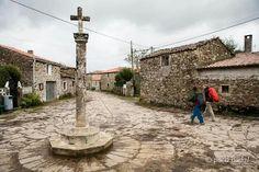 Cruceiro de Leboreiro. Hay cruceiros de término que marcan los limites de una parroquia, como en tiempos medievales hacían las piedras signatas. (Paco Nadal)