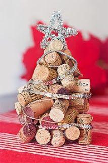 árbol de navidad con corchos y decorado con cintas de tela