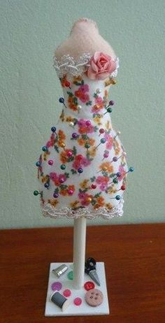 MINIATURE DRESS FORMS = DIY: dress form pincushion (In Russian) Sewing Hacks, Sewing Crafts, Sewing Projects, Coin Couture, Diy And Crafts, Arts And Crafts, Christmas Makes, Diy Dollhouse, Craft Sale