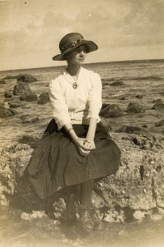 Found image. Nice image of young lady about Vintage Beach Photos, Vintage Pictures, Old Pictures, Vintage Images, Old Photos, Antique Photos, Vintage Photographs, Edwardian Fashion, Vintage Fashion