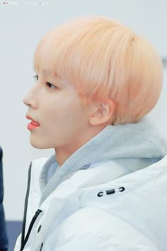 #Jeonghan #Seventeen #정한 ##세븐틴 Woozi, Mingyu, Seungkwan, Blonde Asian, Hip Hop, Choi Hansol, Vernon Hansol, Jeonghan Seventeen, Light Pink Shorts
