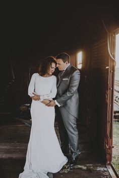 Postboda con novia vestida de Pronovias. Vestido de novia - wedding dress - tren - fotos de boda - fotografia de Ernesto Villalba