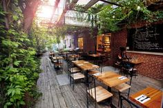 Backyard greens behind Cafe.Top 10 Montreal Café-Libraries Books are always better with coffee. Quebec Montreal, Montreal Ville, Quebec City, Coffee Shop Design, Cafe Design, Cafe Interior, Interior Exterior, Cafe Restaurant, Restaurant Design