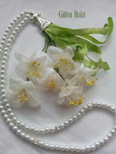 This Pin was discovered by Ays Diy Ribbon Flowers, Ribbon Art, Beaded Flowers, Fabric Flowers, Paper Flowers, Embroidery Designs, Silk Ribbon Embroidery, Flower Making, Sewing Crafts