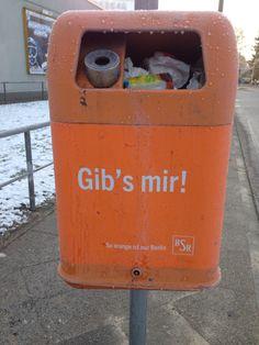 Berliner Mülltonnen mit Werbeslogan