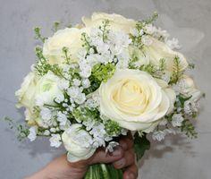 Ramo de novia tipo bouquet con rosas blancas de Tiësto (Barcelona) White roses with Candy tuft or alyssum?