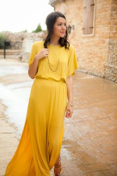 Cute lovely maxi dress with necklace and brown pumps
