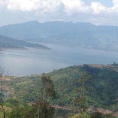 Paisaje de la Represa de Hidrosogamoso, al fondo las Serranía de los Yariguies Visita  Santander