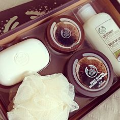 The Body Shop coconut set Body Shop At Home, The Body Shop, Beauty Make Up, Beauty Care, Perfume, Body Lotions, Smell Good, Body Butter, Skin Makeup