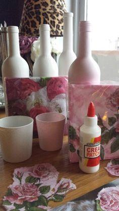 servetten scheuren en op de wijnflessen en glaasjes aanbrengen